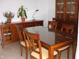 De eettafel in een gedeelte van de woonkamer.