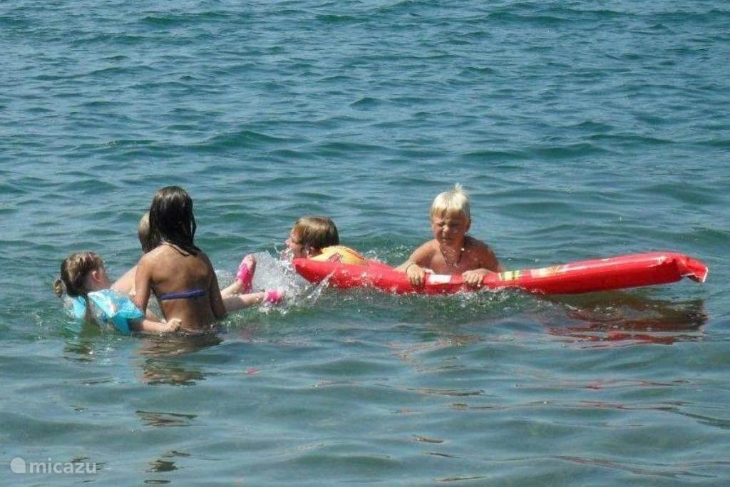 Lekker ravotten in het meer van Lugano. Doordat het meer langzaam afloopt is het ook erg geschikt voor kleinere kinderen.