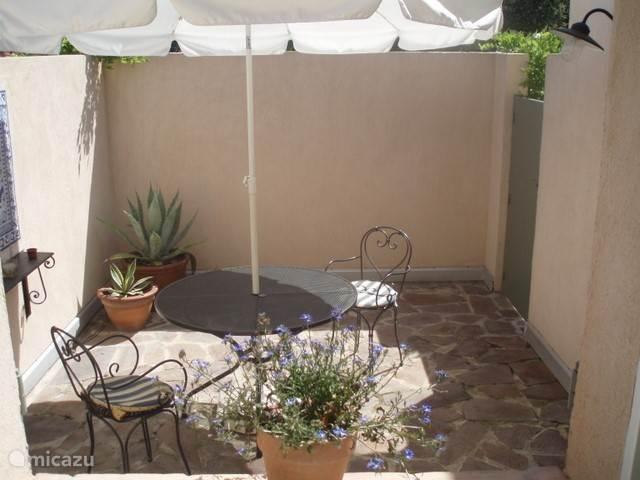 De patio voor het zonnige ontbijt.