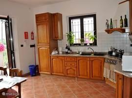 Volledig uitgeruste woonkeuken met koel-vriescombinatie, vaatwasser, oven, 4 pits kookplaat, magnetron etc