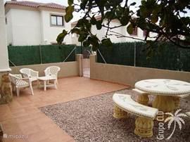Achter het huis is een tuin met gezellig zite waar we lekker bbq'en