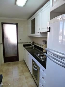 Keuken met gascomfort, oven, magnetron, koel-vriescombinatie