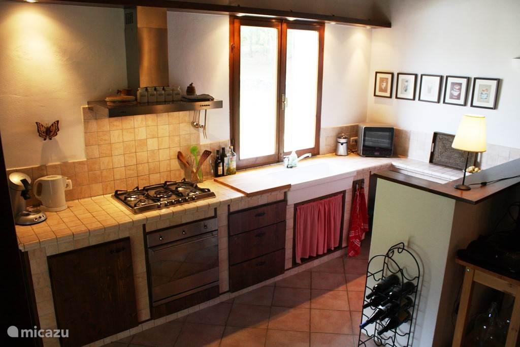 Keuken incl. koelkast, vriezer, 5-pits gasstel, oven en magnetron.