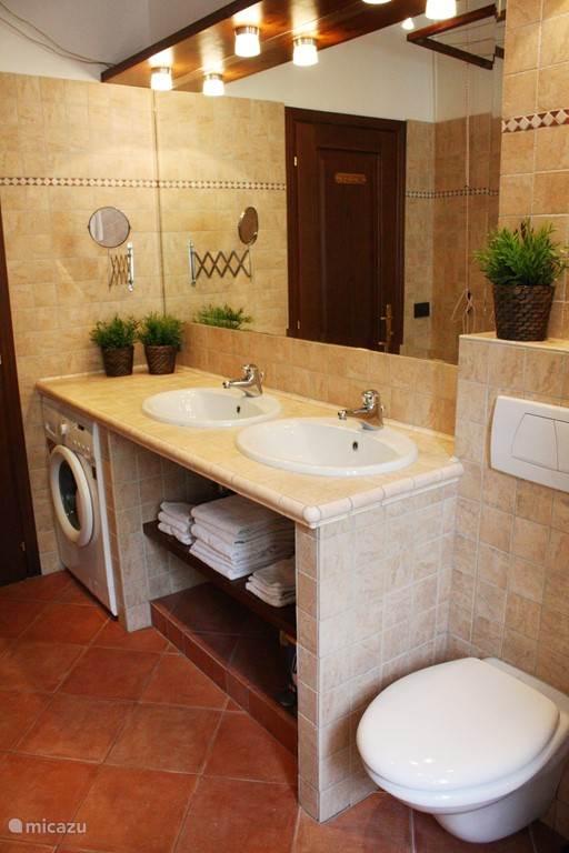 Ruime badkamer incl. toilet, douche, dubbele wastafel en wasmachine.