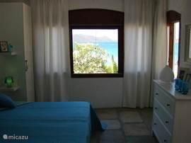 Slaapkamer begane grond met uitzicht op zee