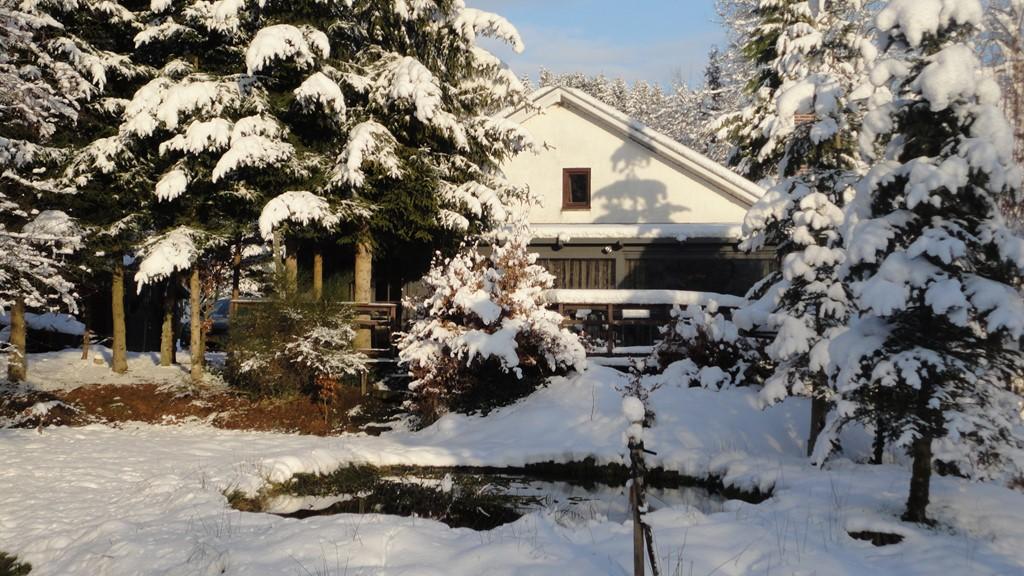 Traditioneel chalet met buiten soms pakken sneeuw en binnen het knisperende geluid van het brandende hout. Ski en langlauf mogelijkheden in de buurt