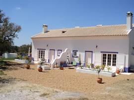 Het huis gezien vanaf de voorkant het is 2 onder een kap het grote huis do sol beschikt over een voor en achter terras