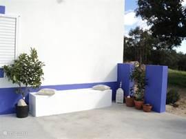 het is helaas nu winter maar in de zomer zijn de hekken helemaal een  begroeit met druiven en jasmijn een van de terrasjes.