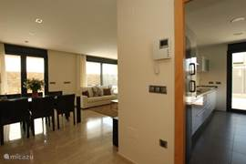 Een ruime entree met toegang tot de keuken en de woonkamer.