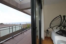 De slaapkamers op de eerste verdieping grenzen aan het balkon met uitzicht op de Middellandse Zee.
