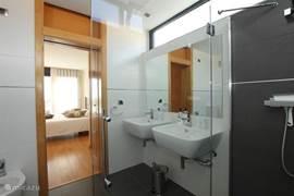 De villa beschikt over drie compleet ingerichte badkamers.