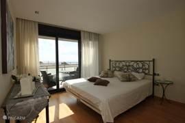 Masterroom Romantica is sfeervol ingericht en heeft een aangrenzende luxe badkamer.