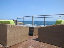 Op de lounge banken op het dakterras kunt u de gehele dag door genieten van prachtige uitzichten.
