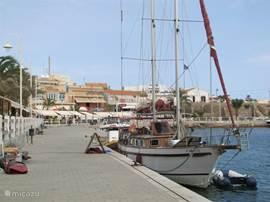De gezellige boulevard van Cabo de Palos ligt op enkele minuten lopen van de villa.