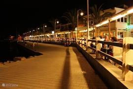 Boulevard van Cabo de Palos met gezellige terassen waar u heerlijk kunt eten.