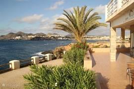 Langs het rotspad met prachtige uitzichten wandelt u naar het dorp Cabo de Palos.