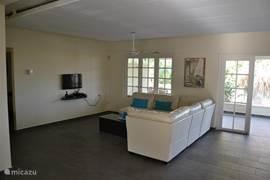 Ruime woonkamer met gratis WIFI en kabel-televisie. Met verkoelende fan.
