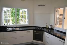 Nieuwe keuken met grote koel/vriescombinatie.
