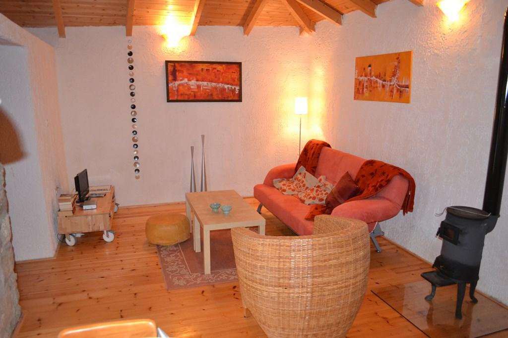 Ik ben een gezellig ingericht huisje in een grieks bergdorp.  Ik ben in de maanden juni en juli te huur voor € 385,-- ipv € 455,-- per week.
