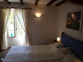 Nogmaals de grote slaapkamer pp de eerste verdieping met heerlijke openslaande ramen.
