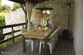 Overdekt terras aan de keuken vast. Heater, plaats voor 10 personen, uitzicht op het zwembad…. Niet voor niets de vaste stek van vele huurders gedurende de dag en de avond!