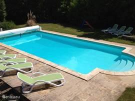Vanaf de veranda kijkt u zo recht op het grote zwembad. Via de Romeinse trap loopt u gemakkelijk het water in, de bodem loopt af van 50cm naar 3 meter.