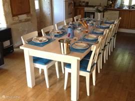 In de grote woonkeuken staat deze 12 persoons tafel voor lange uitgebreide diners.