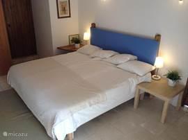 Een van de slaapkamers op de begane grond.