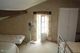 Op zolder (met Frans balkon) vinden 4 of 5 personen een slaapplaats: twee grote tweepersoonsbedden en een junior bed.