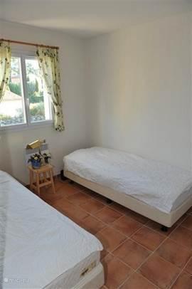 De slaapkamer voorzijde met 2 eenpersoons boxspringbedden