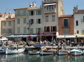 De terrassen aan de haven van Cassis
