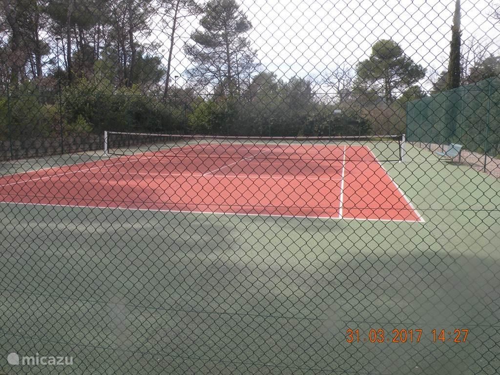 Eén van de tennisbanen
