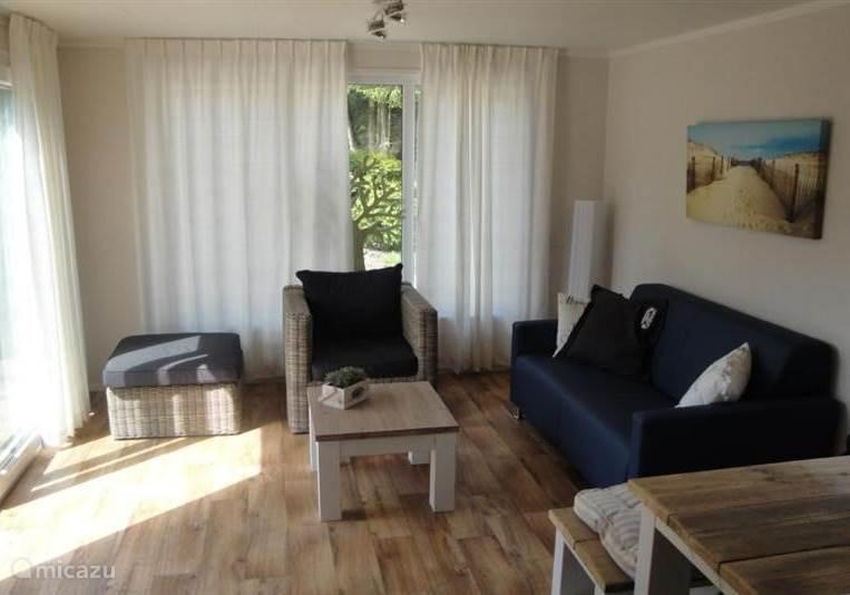 Gezellige lichte woonkamer met moderne meubels