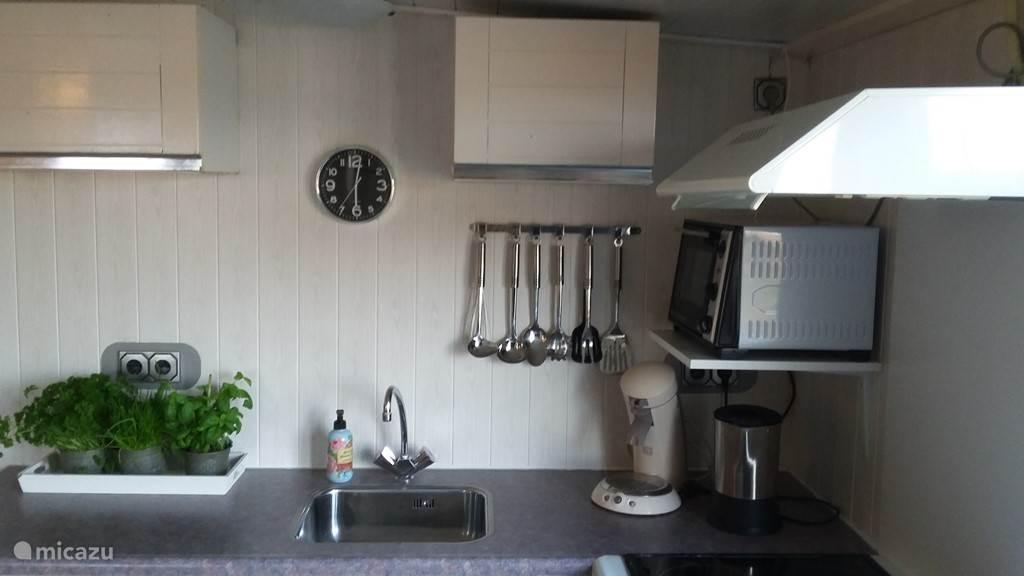 Keuken is uitgerust met onder andere een bak/grilloven en een koelvriescombinatie.