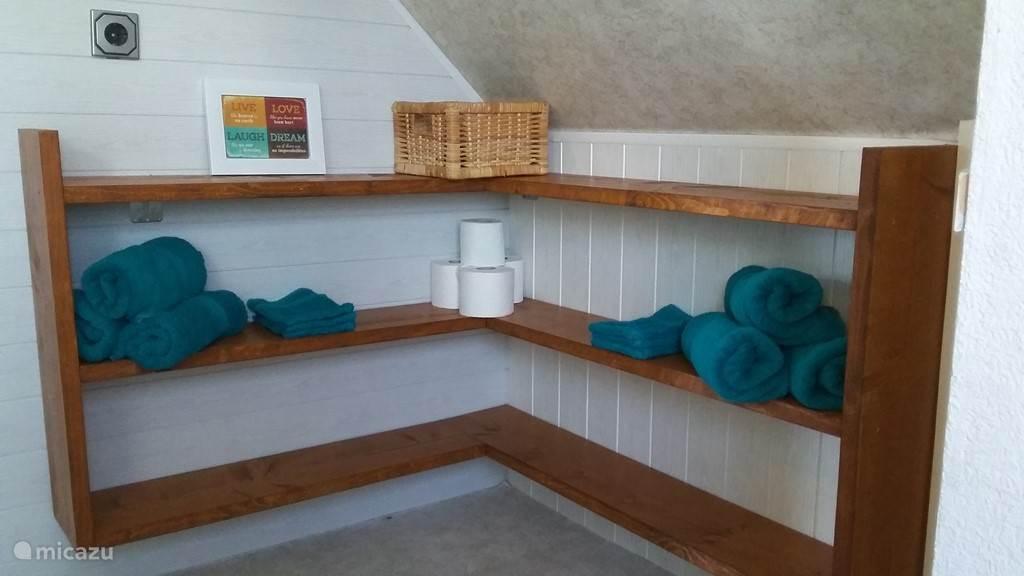 ruime opberg schappen voor alle badkamer spullen