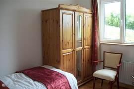 Slaapkamer met twee eenpersoons bedden.