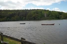Dromore quay. Lokale bewoners hebben hier hun boot gemeerd. Vissen is erg populair m.n. zalm en forel.