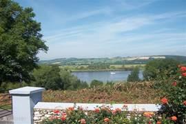 Uitzicht over de rivier vanuit de tuin.