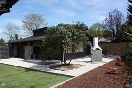 Afgesloten grote tuin (doggy en kidsproof) met twee aparte zonnige terrassen.