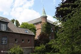 Schloss Walbeck stamt uit de 16de eeuw (450m). Er is momenteel een ruiterkamp gevestigd. Meer informatie kunt u vinden op het internet. Ik kan u uiteraard ook voorzien van informatie.