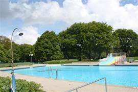 Apart ondiep zwemgedeelte voor de (kleine) kinderen. Het zwembad is open van mei tot september. Er is ook een grote ligweide aanwezig en speeltoestellen voor de kinderen.