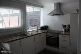 Compleet vernieuwde, moderne keuken met alle wenselijke apparatuur.