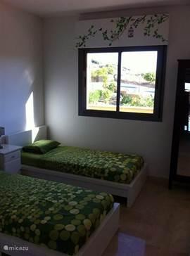 2e slaapkamer met 2 bedden en mogelijkheid tot plaatsing 3e bed of babybed