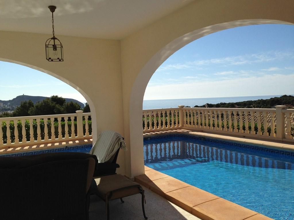 Supervilla Moraira last minute 29 aug - 8 sept 2018 korting 25%. Schitterend zeezicht, grote terrassen gelijkvloers met veranda en groot hoekzwembad.