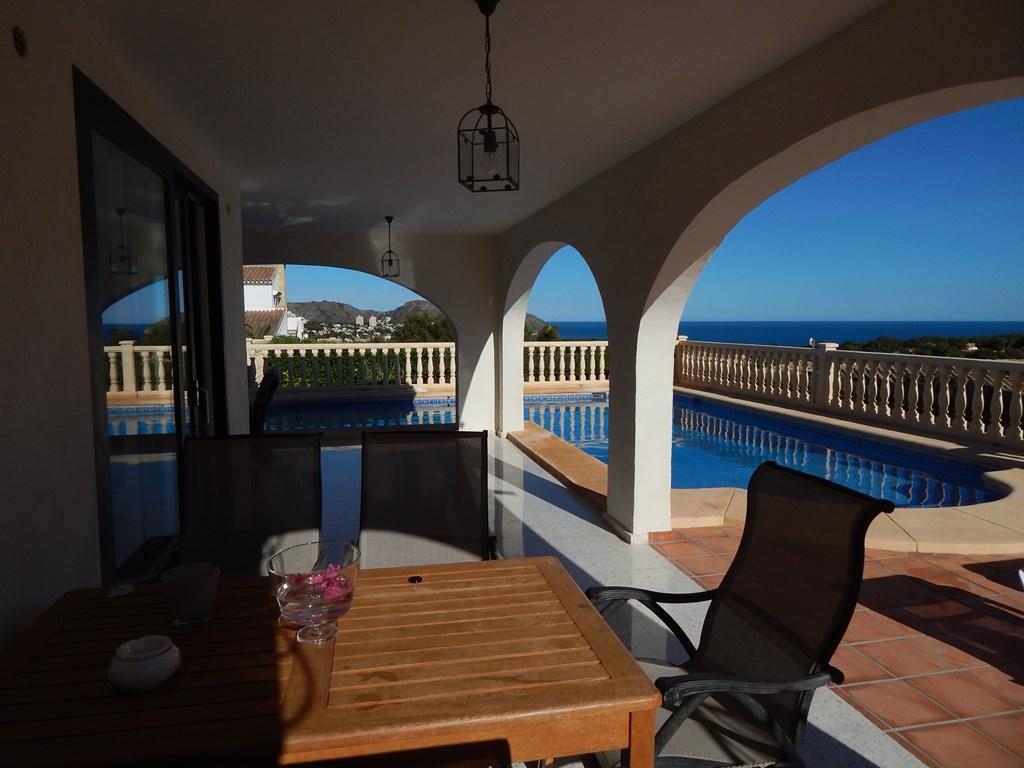 Supervilla Moraira last minute 22 aug - 8 sept 2018 korting 25%. Schitterend zeezicht, grote terrassen gelijkvloers met veranda en groot hoekzwembad.