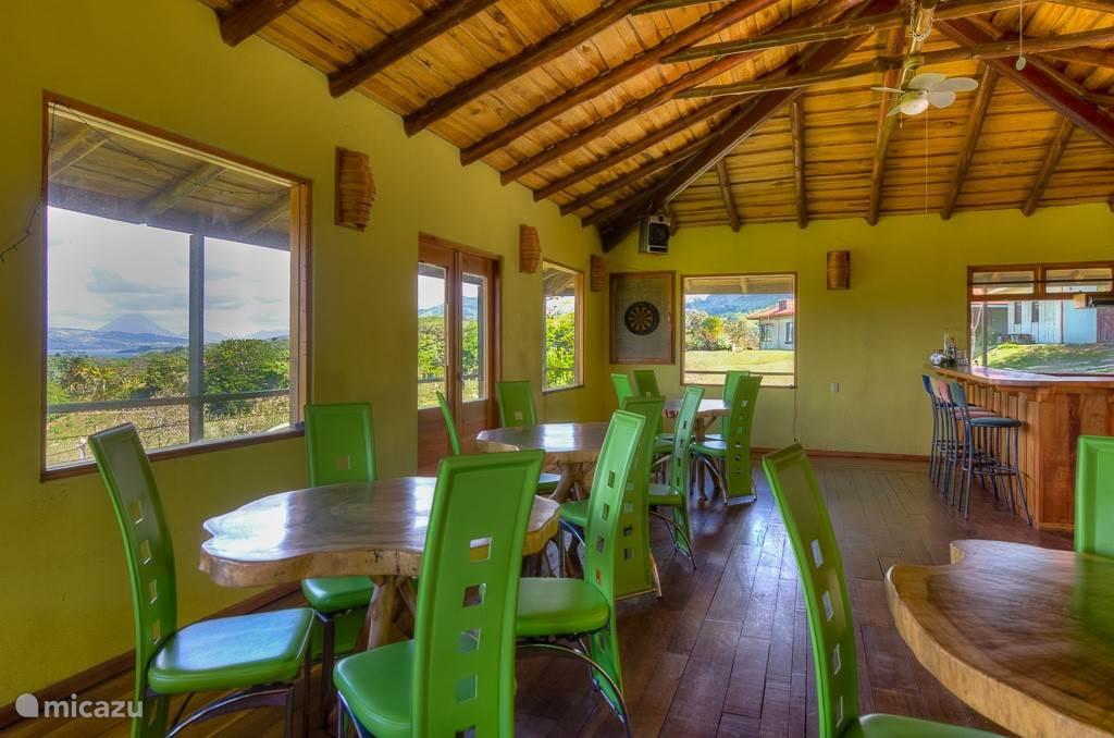 De rancho met uitzicht over het Arenal meer en de Arenal vulkaan.
