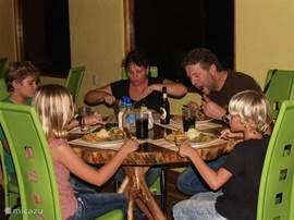 U kunt het diner gebruiken in de gezellige rancho met ongeevenaard uitzicht over het meer van Arenal en de vulkanen Arenal en Tenorio.