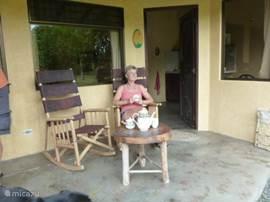 Het terrasje bij iedere cabina met buitenstoelen en een tafeltje