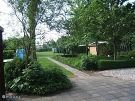 Rustig en ruime camping waar de kinderen heerlijk kunnen spelen. Terras van het vakantiehuis met tuinmeubilair op het zuiden.