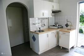 Kitchenette met doorgang naar eigen sanitaire ruimte